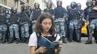 Olga Misik leyendo la constitución de Rusia de 1993.