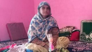 કઠુઆ સામુહિક બળાત્કારનો ભોગ બનેલાં દીકરીનાં માતા એની ઢીંગલી સાથે