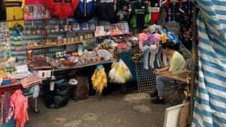 国庆假期本来是这些档贩的赚钱时间,但受示威影响,游客数字下跌,档主都空闲地玩手机。