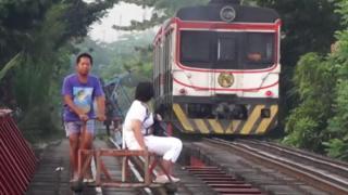 ظهرت في مانيلا في الفلبين خدمة قطارات غير رسمية وخطيرة للغاية لسد الثغرات في نظام النقل العام