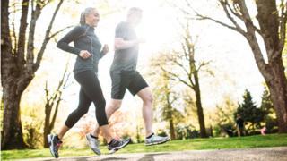 زوجان يمارسان رياضة الركض