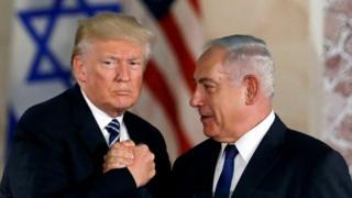 دونالد ترامپ در جریان سفر سال گذشته خود به نخستوزیر اسرائیل (راست) وعده داد که نگذارد ایران صاحب سلاح هستهای شود