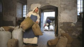 Un monje transporta sacos de la fórmula secreta