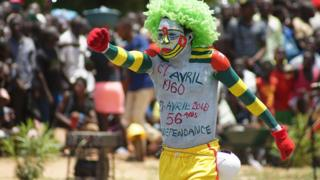Un artiste avec le corps recouvert de peinture aux couleurs du Togo, avec l la date d'indépendance inscrite sur sa poitrine