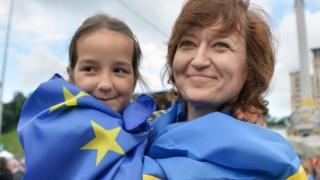 Mother and child wearing EU and Ukraine flags in Kiev (file pic)