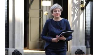 C'est la Première ministre conservatrice Theresa May qui sollicite ces élections au motif d'avoir les mains plus libres pour négocier le Brexit.
