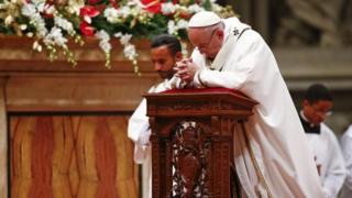 Le pape François, lors de son homélie traditionnelle de Noël le 24 décembre à la basilique Saint-Pierre de Rome