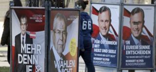 落書きされた両候補の選挙ポスター(22日、ウィーン)