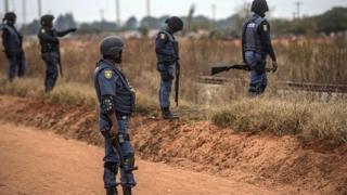 La police a confirmé à la BBC qu'ils ont été arrêtes ce week-end, alors qu'ils étaient en possession de membres de corps humains.