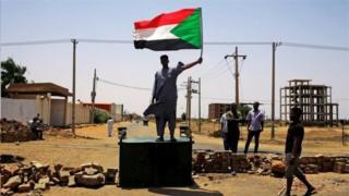 یک معترض سودانی در جریان اعتراضات