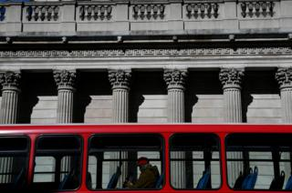 A quiet bus passes the Bank of England