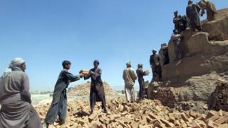 شمېرې ښيي چې دا مهال نژدې دوه میلیونه کارګر افغانان دندې نه لري
