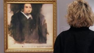 """Жінка стоїть поруч з картиною """"Портрет Едмонда Беламі"""""""