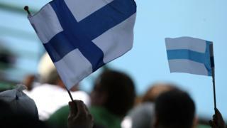คนถือธงชาติฟินแลนด์