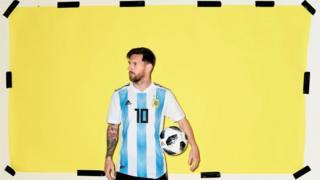 Messi con una cresta y el pelo corto por los lados