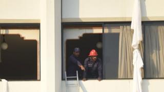 پنجرهای در هتل محل آتش سوزی