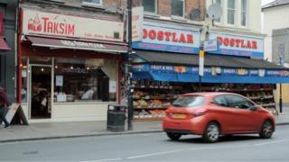 Londra'nın kuzeyindeki Haringey ilçesinde Türkiye kökenlilere ait bazı dükkanlar