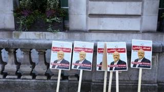 صور خاشقجي أمام مقر القنصلية السعودية في اسطنبول