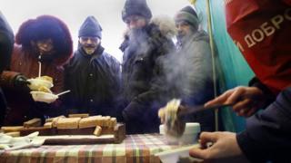 Раздача еды бездомным