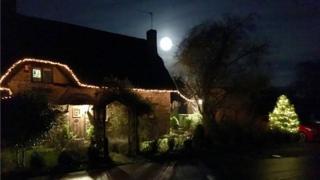 Ночь на понедельник была последней возможностью увидеть суперлуние в этом годую Вот как Луна выглядела в Ладброк, графство Уорикшир. Фото Аллана Балларда.