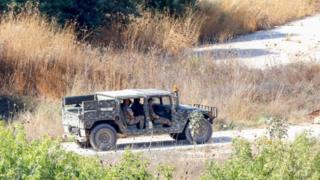 جنود من الجيش اللبناني أثناء دورية في منطقة جنوبي البلاد