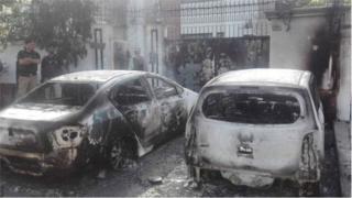 2 chiếc xe bị cháy sau vụ tấn công bên ngoài Lãnh sự quán Trung Quốc