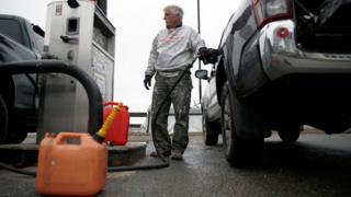 Man fills up big car in US