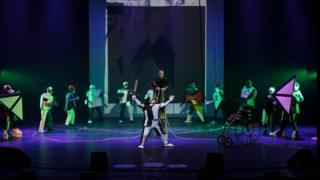 """Спектакль """"Победа над Солнцем"""" на сцене Оперного театра в Салониках"""