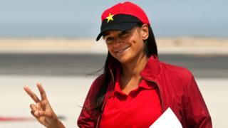 Isabel dos Santos ataviada con una gorra con la bandera del MPLA