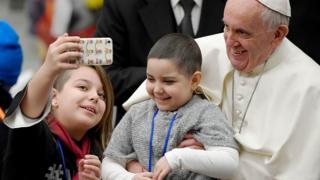 Папа Римський робить селфі з дітьми