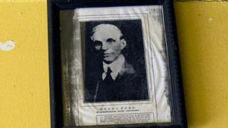 Retrato de Henry Ford pendurado na Fordlândia