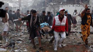 نیروهای هلال احمر در حال کمک رسانی به قربانیان حمله هوایی به مراسم عزاداری حوثی ها در یمن
