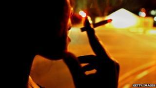 Sex worker dey smoke