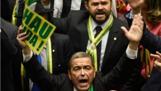 大統領弾劾支持派の勝利を喜ぶブラジルの下院議員たち(17日)