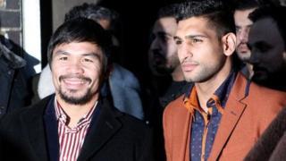 Manny Pacquiao( a hagu) da Amir Khan (a dama)