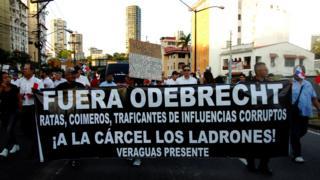 """Protestas en Panamá contra Odebrecht, los manifestantes llevan un cartel que dice """"fuera Odebrecht"""""""