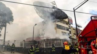 گروهی از معترضان به ساختمان یک شبکه تلویزیونی در پایتخت اکوادر حمله کردند