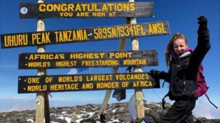 Tesni Francis-Parker ar gopa Kilimanjaro
