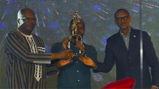 Joël Karekezi a reçu l'Étalon d'or de Yennenga des mains des présidents du Burkina Faso (à gauche) et du Rwanda.