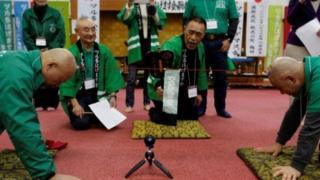 Wenye vipara wakishiriki katika mchezo wa kuvutana na kamba Japan