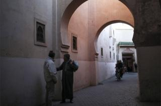 Wasu maza suna tattaunawa a kan titin tsohon birnin Marrakech, a Kasar Morocco. Ranar Talata 28 ga watan Maris