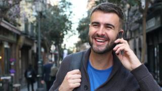 Hombre caminando y hablando por el celular