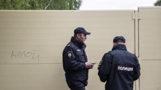 Полиция охраняет забор в сквере