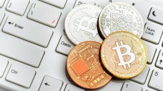 Ilustração que simula moedas de bitcoin