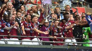 Les joueurs d'Aston Villa jubilent après leur victoire contre Derby County.