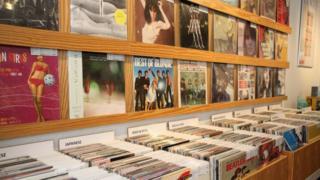 「waltz」店内に並ぶレコード。ラッピングされて清潔な状態が保たれている(写真:小村トリコ)