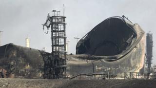 空爆で破壊されたイラク北部の石油精製施設(昨年10月)