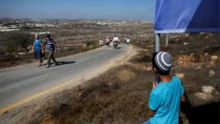 Jewish settlers entering Amona outpost (20/10/16)