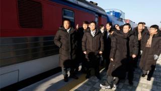Para teknisi Korea Selatan berdiri di samping kereta di Stasiun Paju (30 November 2018)