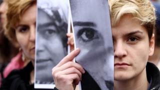 2015'te Özgecan cinayetini protesto eden kadınlar yürüyor.